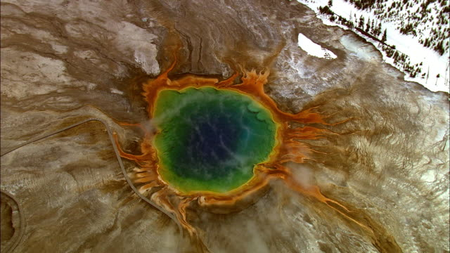 aerial track over steaming grand prismatic spring, yellowstone, usa - イエローストーン国立公園点の映像素材/bロール