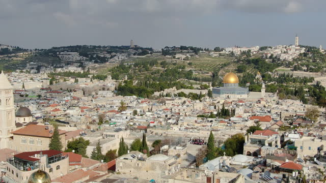 aerial track shot / jerusalem old city with tower of david, mount zion , jewish quarter, synagogue ,temple mount, dome of the rock - modern rock stock videos & royalty-free footage