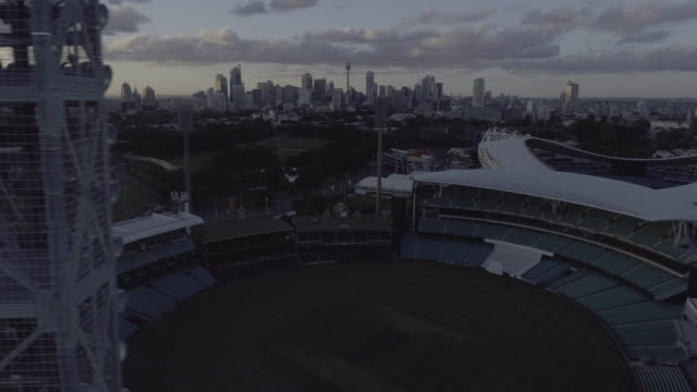 vídeos y material grabado en eventos de stock de aerial tracking shot behind the light tower to reveal the sydney cricket ground. sydney australia - campo de fútbol