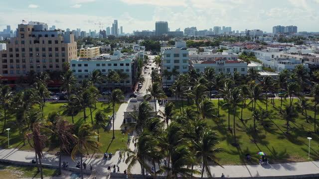 vidéos et rushes de aerial tracking shot of ocean drive and miami beach - miami
