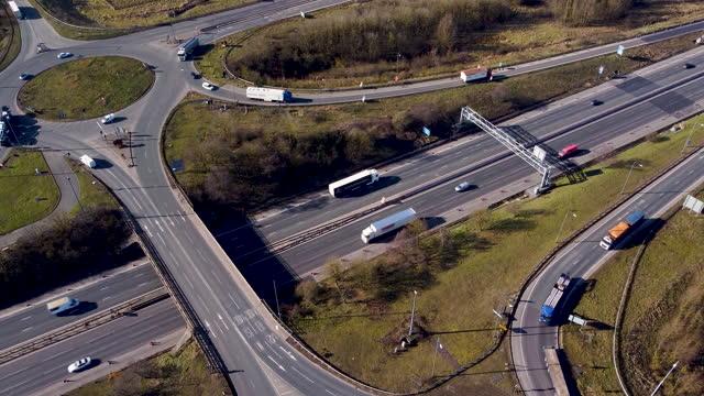 vídeos y material grabado en eventos de stock de aerial tracking shot of roundabout adjacent to the m1 motorway. - export palabra en inglés