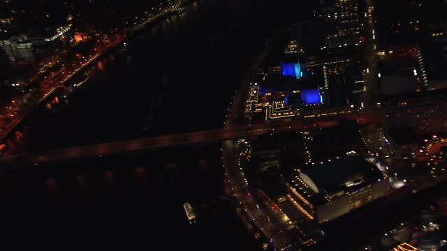 aerial tracking shot of waterloo area of london. - ロイヤルフェスティバルホール点の映像素材/bロール