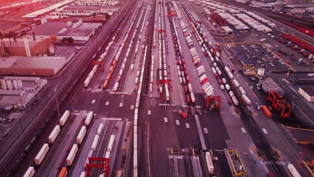 vídeos y material grabado en eventos de stock de tiro de seguimiento aéreo sobre vernon, ca área industrial - tren de carga