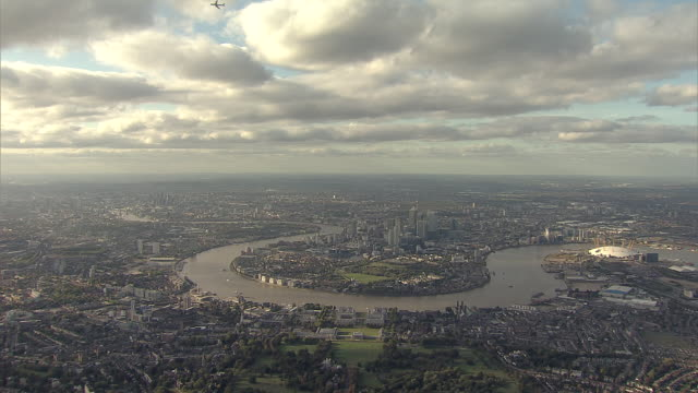 """""""aerial tracking w/s canary wharf, docklands and greenwich penninsula"""" - urban sprawl stock videos & royalty-free footage"""