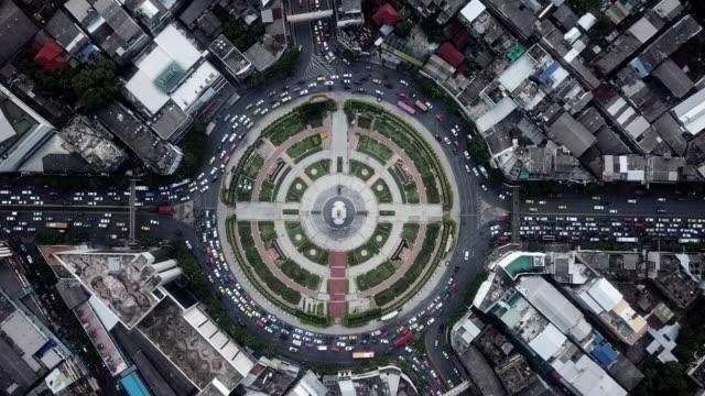 vidéos et rushes de rond-point de cercle de trafic aérien - quartier