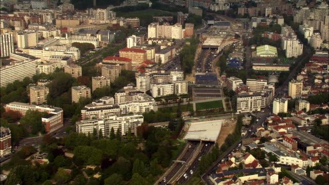 vidéos et rushes de aerial ws traffic driving on freeway, or peripherique, and cityscape east of paris / paris, france - autoroute