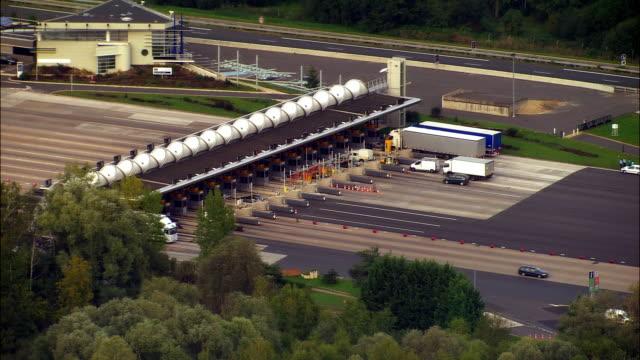 vídeos de stock e filmes b-roll de aerial ws traffic driving through toll booth on a6 highway / ile-de-france, france - cabina de portagem