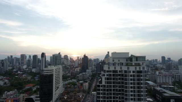 夕暮れ時の景観を空中交通都市のシーン - バンコク点の映像素材/bロール