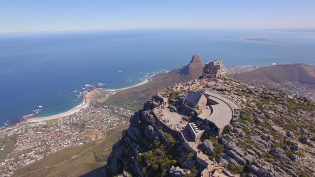 vidéos et rushes de aerial travel drone view of cape town from the top of table mountain, south africa. - table top view