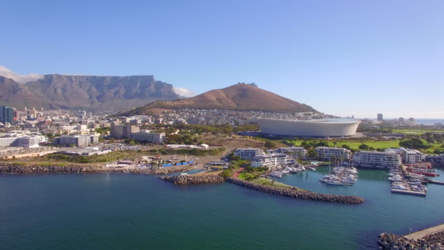 vidéos et rushes de aerial travel drone view of cape town, south africa with table mountain and stadium. - ville moyenne