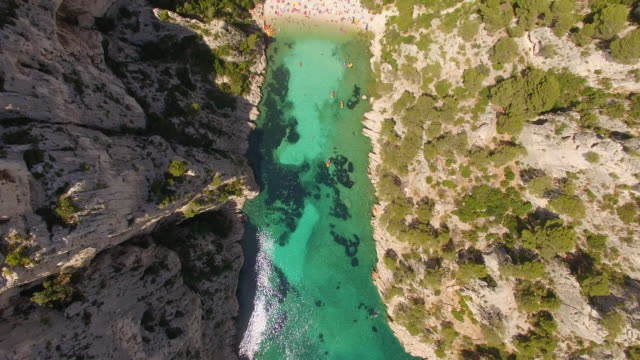 vidéos et rushes de aerial travel drone view of clear green water and cliffs of cassis, southern france. - bateau à rames