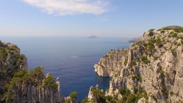 vidéos et rushes de aerial travel drone view of clear green water and cliffs of cassis, southern france. - aspiration