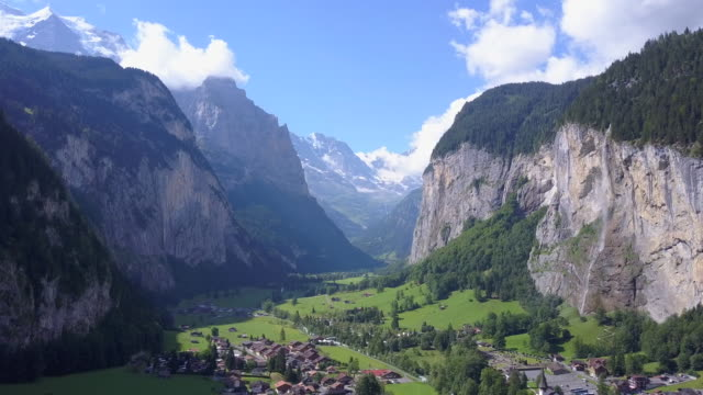 vídeos de stock e filmes b-roll de aerial travel drone view of the lauterbrunnen valley and staubbach falls, switzerland. - switzerland
