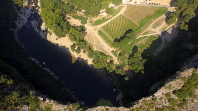 vidéos et rushes de aerial travel drone view of the pont d arc natural arch and river, southern france. - arc élément architectural