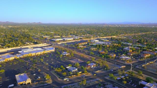 vídeos de stock, filmes e b-roll de aerial: tree filled land of scottsdale arizona usa - wide