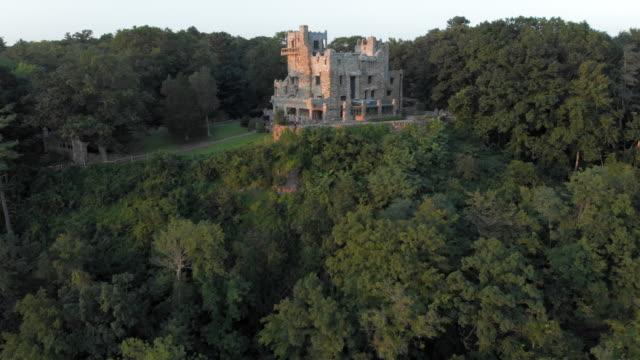 vidéos et rushes de aerial: trees and a castle - connecticut