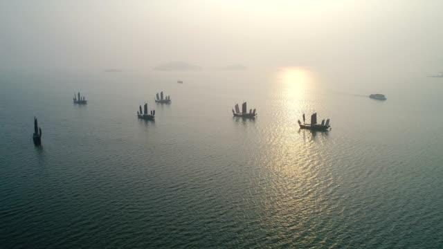vídeos de stock e filmes b-roll de aerial turtle head isle in taihu lake in wuxi city scenic spot - ancorado