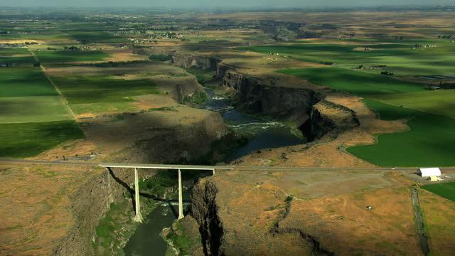aerial twin falls idaho bridge snake river canyon highway - スネーク川点の映像素材/bロール