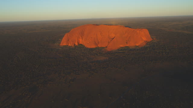 aerial ws of uluru in early morning sun  - エアーズロック点の映像素材/bロール