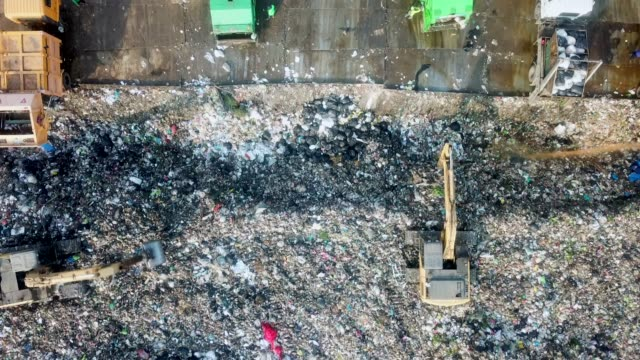 vidéos et rushes de ordures de déchargement aériennes - décharger