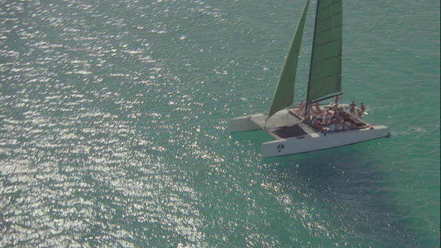 vidéos et rushes de aerial various boats & surfers off of diamond head & honolulu - îles hawaï