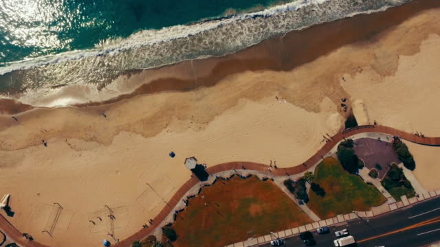 Antenne verticaal neerkijken op de promenade van de Pacifische kust in Laguna Beach, Californië.