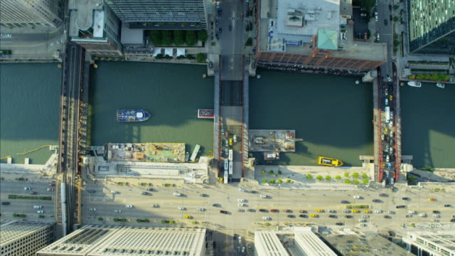 vidéos et rushes de aerial vertical overhead rooftop view downtown chicago skyscrapers - auto discipline