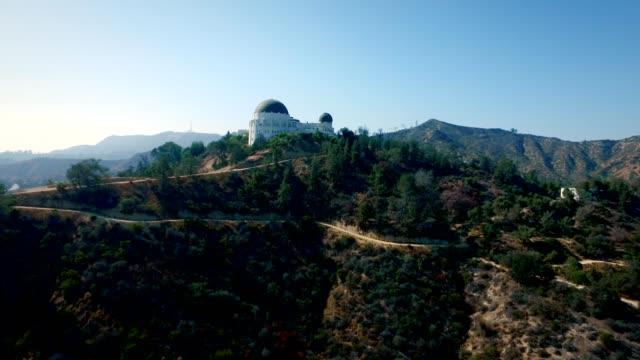 aerial vertikala spår av griffith observatory i los angeles kalifornien - university of california bildbanksvideor och videomaterial från bakom kulisserna