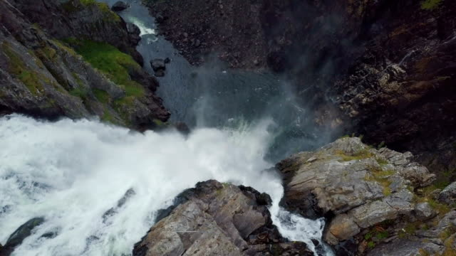 vídeos de stock, filmes e b-roll de aerial vertical view of vøringfossen waterfall, norway - cascata
