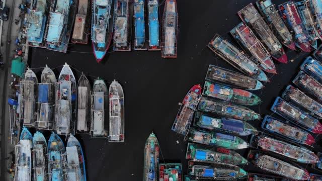 luftaufnahme video 4k von muara angke port - fischkutter stock-videos und b-roll-filmmaterial