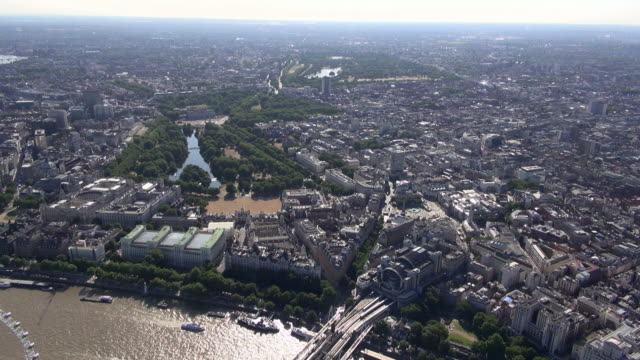 aerial video along the river thames around charing cross, trafalgar square, whitehall and st james's park, with distant views of soho, hyde park and victoria - the victoria cross stock-videos und b-roll-filmmaterial