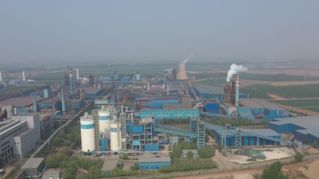 vídeos de stock, filmes e b-roll de vídeo aéreo fábrica de cimento da china - produto interno bruto