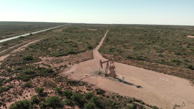 西テキサス州のフラッキングポンプジャックの航空ビデオクリップ - ポンプ場点の映像素材/bロール