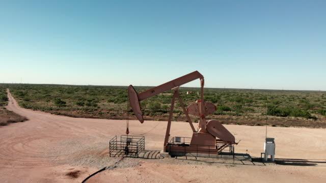 vidéos et rushes de clip vidéo aérien d'un pompe à fracturation jack dans l'ouest du texas - pétrole