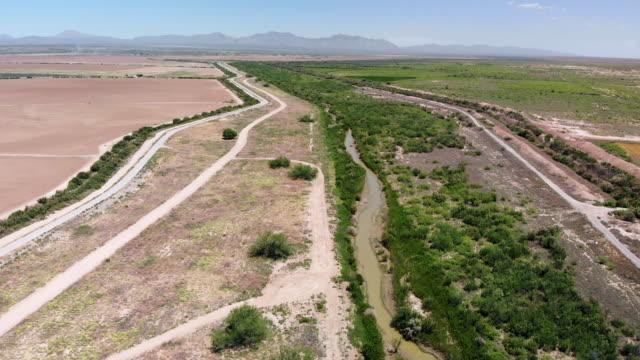 vídeos de stock, filmes e b-roll de vídeo aéreo da fronteira com o méxico, rio grande, sem muro de fronteira, perto de el paso, texas - clima árido