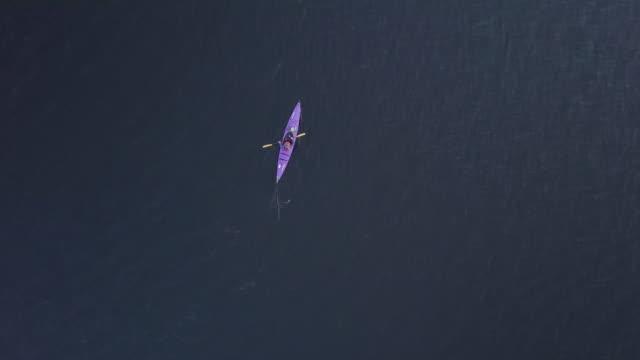 vídeos y material grabado en eventos de stock de 4k antena video mujer sana de kayak al amanecer en el lago - kayak barco de remos