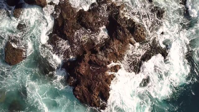 aerial video looking directly down at the ocean in santa cruz de tenerife, canary islands, spain, at daytime - zoomeffekt bildbanksvideor och videomaterial från bakom kulisserna