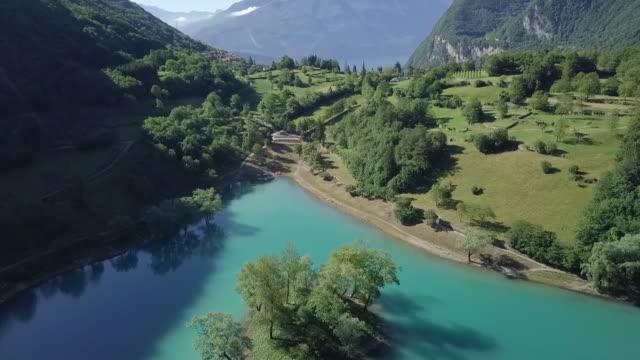 森の中の美しい青い湖の航空ビデオ - トレンティーノ点の映像素材/bロール
