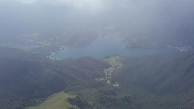山の美しい青い湖、イタリアアルプスの航空ビデオ - トレンティーノ点の映像素材/bロール