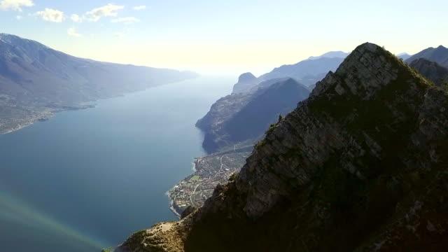 美しい風景の航空ビデオ, イタリアのガルダ湖 - トレンティーノ点の映像素材/bロール