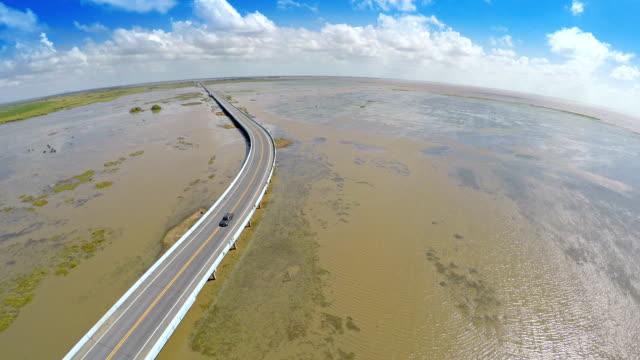 vídeos de stock, filmes e b-roll de vídeo aéreo da ponte road - lago reflection