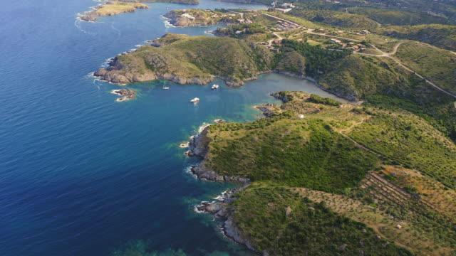 vídeos y material grabado en eventos de stock de vídeo aéreo de la costa de la costa brava - bahía