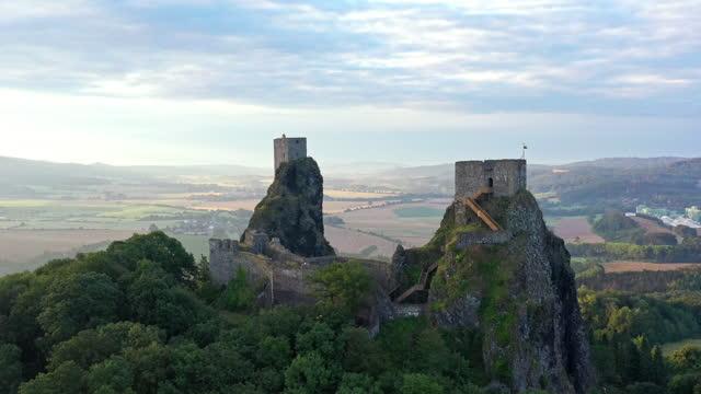 stockvideo's en b-roll-footage met aerial video of czech republic castle, trosky castle - drone footage - tsjechische cultuur