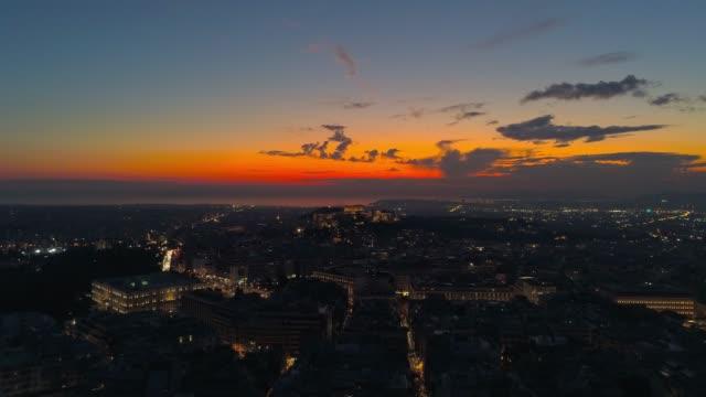 luftaufnahmevideo von downtown athens, griechenland, kolonaki, syntagma-platz, akropolis, bei sonnenuntergang im winter - athens greece stock-videos und b-roll-filmmaterial