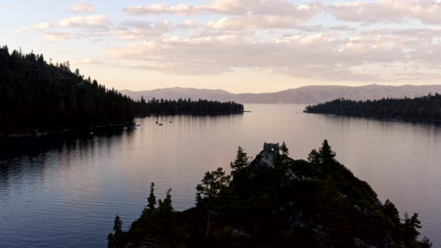 vídeos y material grabado en eventos de stock de video aéreo de emerald bay en lake tahoe en california - california del norte