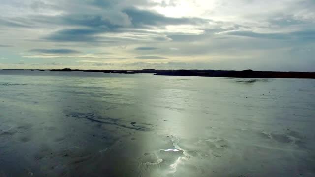 vídeos de stock e filmes b-roll de vídeo aéreo de um lago na islândia - congelado