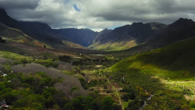 stockvideo's en b-roll-footage met luchtfoto video van jonkershoek valley, western cape, south africa - valley