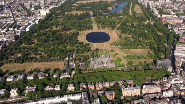 aerial video of kensington palace and kensington gardens including round pond, the serpentine, hyde park and kensington palace gardens - kensington palace video stock e b–roll