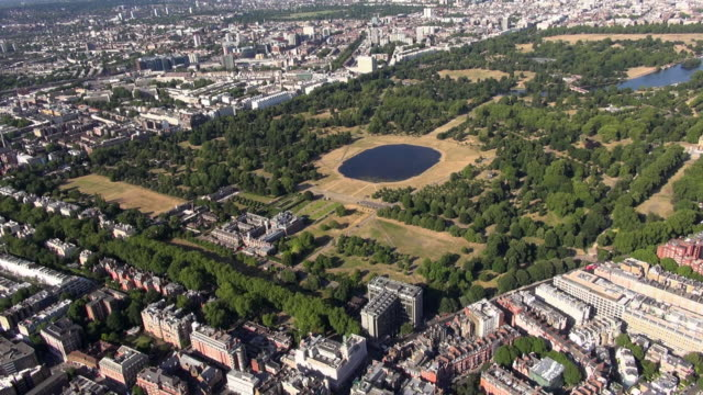 aerial video of kensington palace and kensington gardens with round pond and kensington palace gardens - kensington palace video stock e b–roll