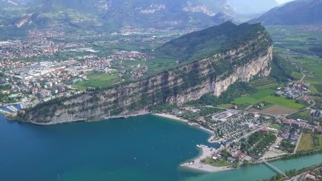 video aereo del paesaggio del lago di garda, trentino, italia - valle video stock e b–roll